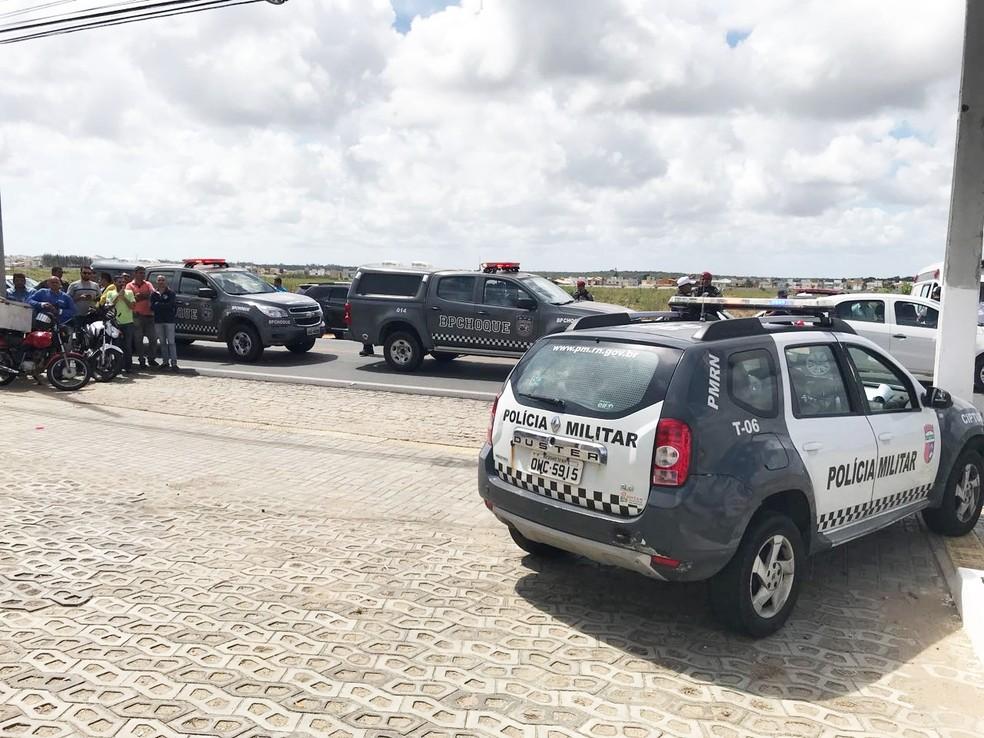 Equipes do 3º Batalhão e Batalhão de Choque participaram do cerco aos criminosos (Foto: Kleber Teixeira/Inter TV Cabugi)