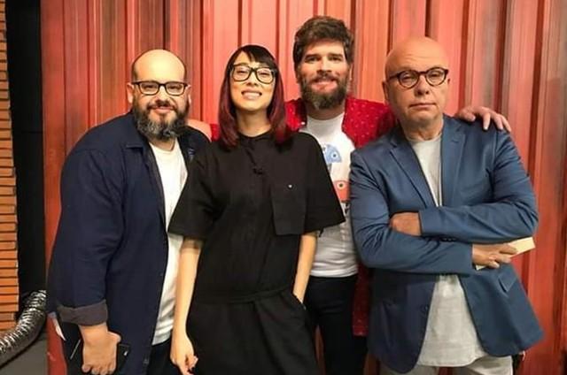 Marcelo Tas, apresentador do 'Batalha Makers Brasil', do Discovery Brasil, com os jurados Ricardo Cavallini, Rita Wu e Edgar Andrade (Foto: Divulgação)
