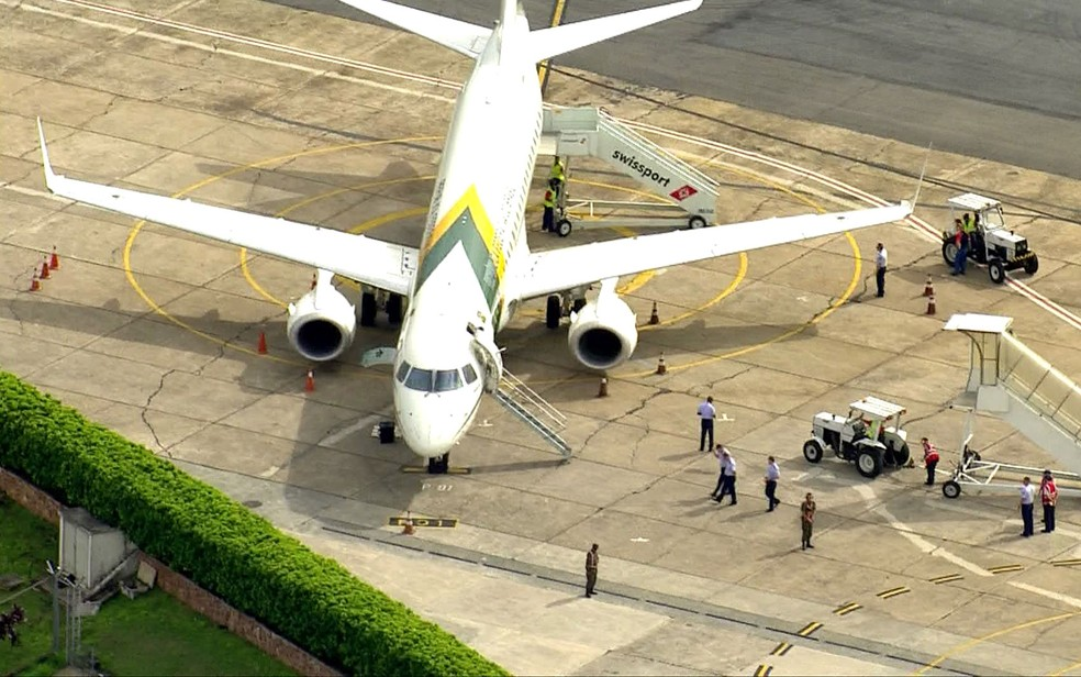 Avião presidencial no Aeroporto de Congonhas após pouso na manhã desta quarta-feira (27) — Foto: Reprodução/TV Globo