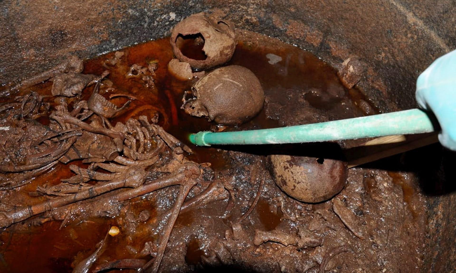 Pesquisadores encontraram múmias no interior do sarcófago, que estava repleto de água (Foto: Egyptian Ministry of Antiquities Handout)