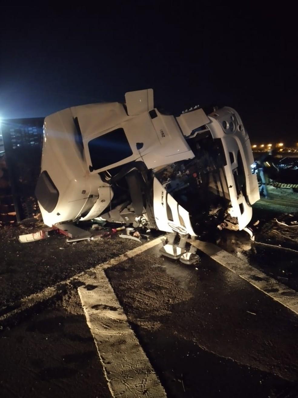 Caminhão invadiu pista contrária da rodovia — Foto: Corpo de Bombeiros/ Divulgação