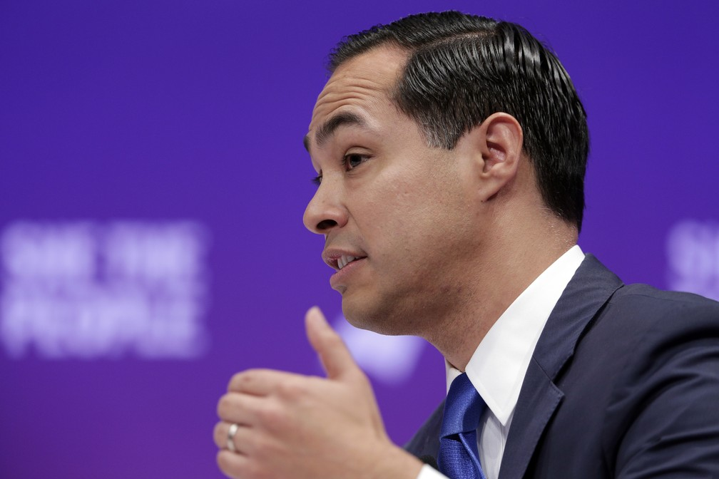 O pré-candidato democrata Julián Castro. — Foto: Michael Wyke/AP