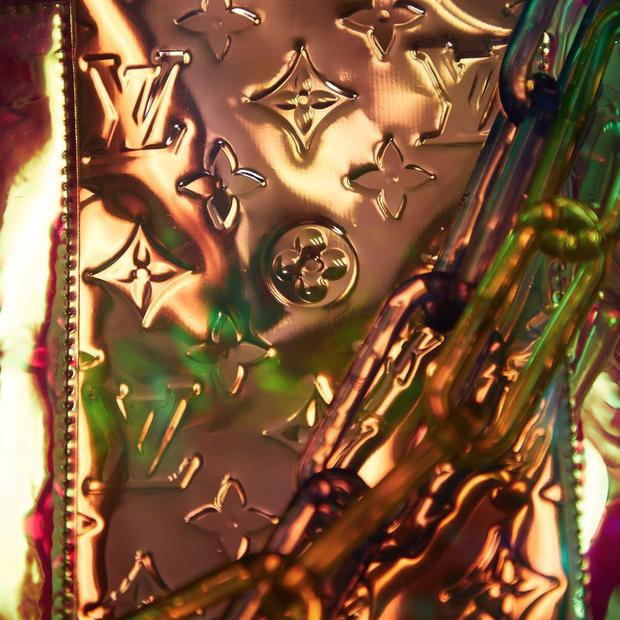 Detalhe do que pode ser uma reedição das bolsas Miroir, lançadas originalmente em 2006, em tons metálicos (Foto: Instagram Louis Vuitton/ Reprodução)