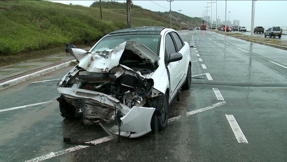 Carro atingiu outro que tentava fazer um retorno na Avenida Litorânea (Foto: Reprodução/TV Mirante)