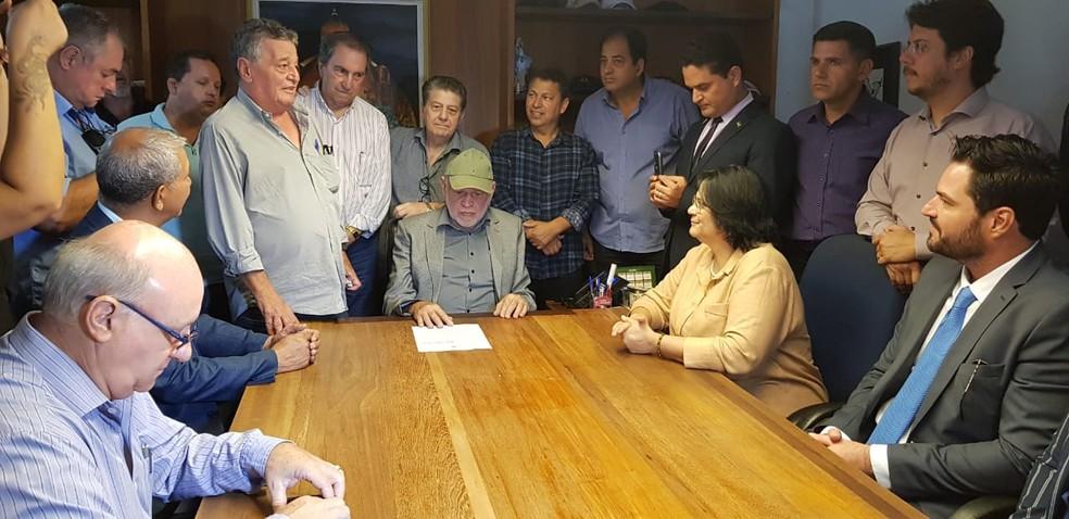 A ministra do da Mulher, da Família e dos Direitos Humanos, Damares Alves, se reuniu com o prefeito de São Carlos  — Foto: Prefeitura de São Carlos/Divulgação
