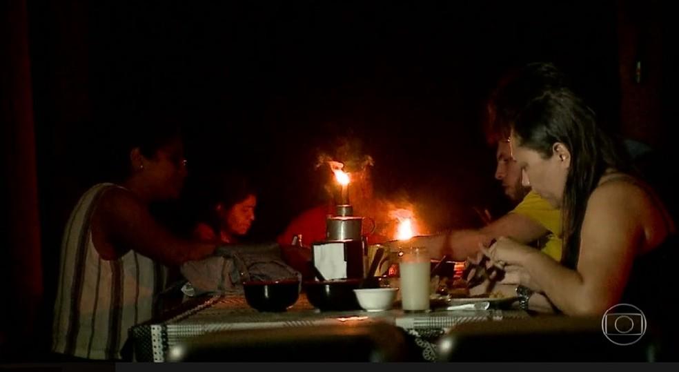 Jantar ao ar livre é atração aos turistas que visitam os Lençóis Maranhenses durante a lua cheia (Foto: Reprodução/TV Globo)