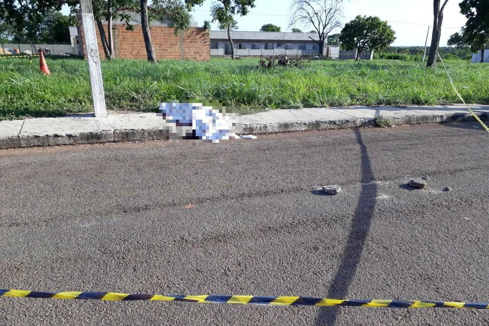 Crime aconteceu em calçada de terreno baldio — Foto: Divulgação