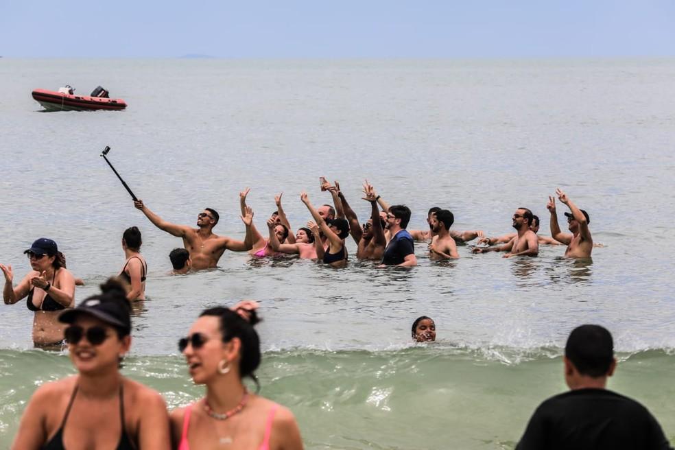 Banhistas na praia de Jurerê, em Florianópolis — Foto:  Diorgenes Pandini/ NSC