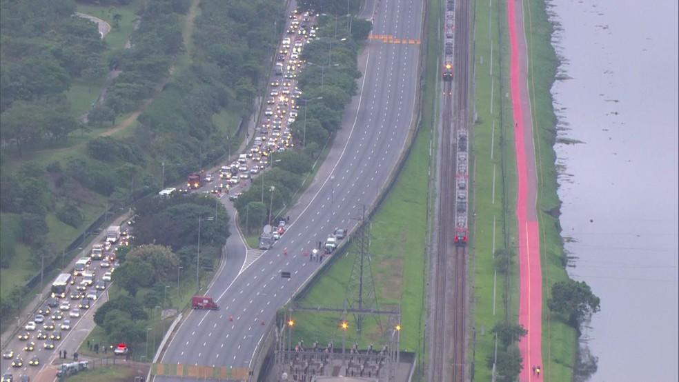 Trânsito ao lado da parte do viaduto que cedeu na Marginal Pinheiros, em SP — Foto: TV Globo/Reprodução