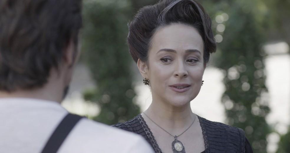 Julieta se sente atraída por Aurélio  (Foto: TV Globo)