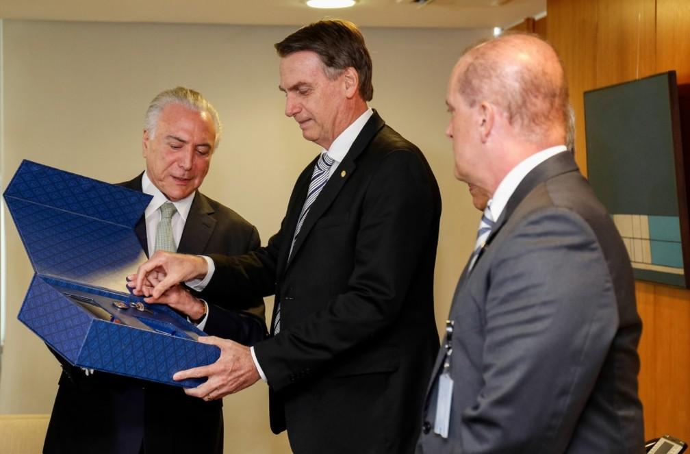 Presidente Michel Temer entrega chave simbólica ao presidente eleito, Jair Bolsonaro — Foto: Alan Santos/PR