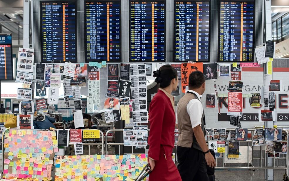 Dois comissários de bordo no Aeroporto de Internacional de Hong Kong — Foto: Philip Fong / AFP Photo