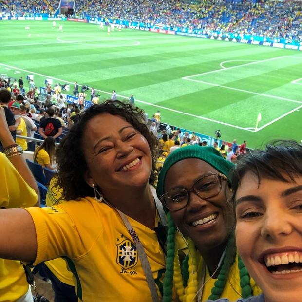 No jogo de estreia do Brasil na Copa 2018, Glenda faz selfie ao lado das mães dos jogadores Gabriel Jesus e Fernandinho (Foto: divulgação)
