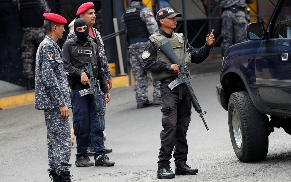 -  Membros do Serviço Nacional de Inteligência Bolivariana  Sebin  são vistos do lado de fora do centro de detenção Helicoide, em Caracas, após conflito