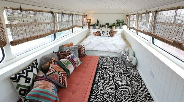 O andar de cima do ônibus conta com um closet e um quarto (Foto: Divulgação)