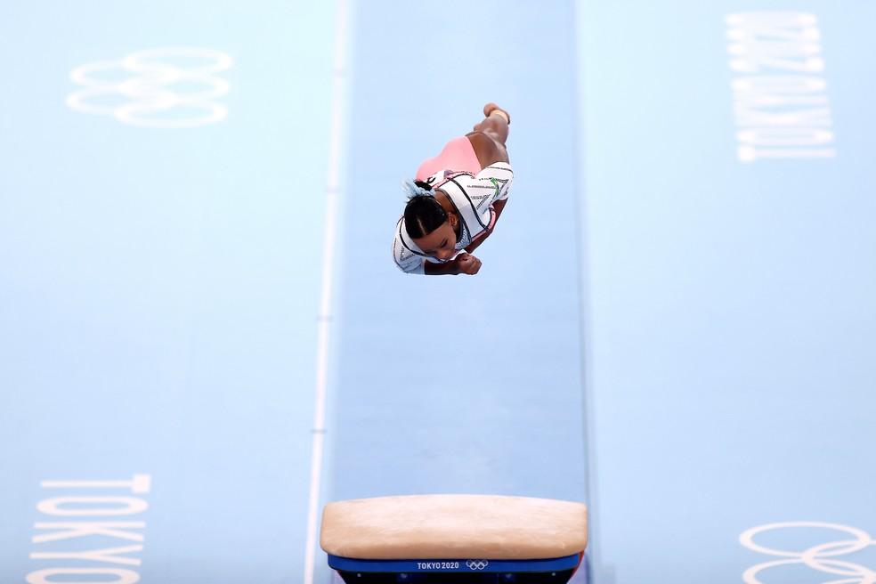 Rebeca Andrade voa no salto que valeu medalha de ouro na ginástica — Foto: Maja Hitij/Getty Images