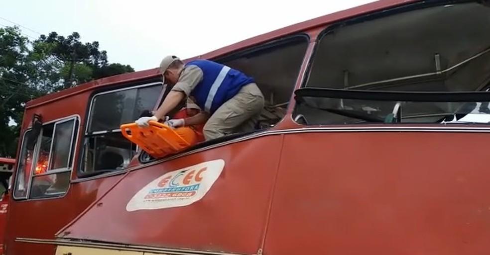 Ônibus com trabalhadores rurais faz parte dos veículos envolvidos no acidente desta manhã (Foto: Reprodução/Sidney Trindade)