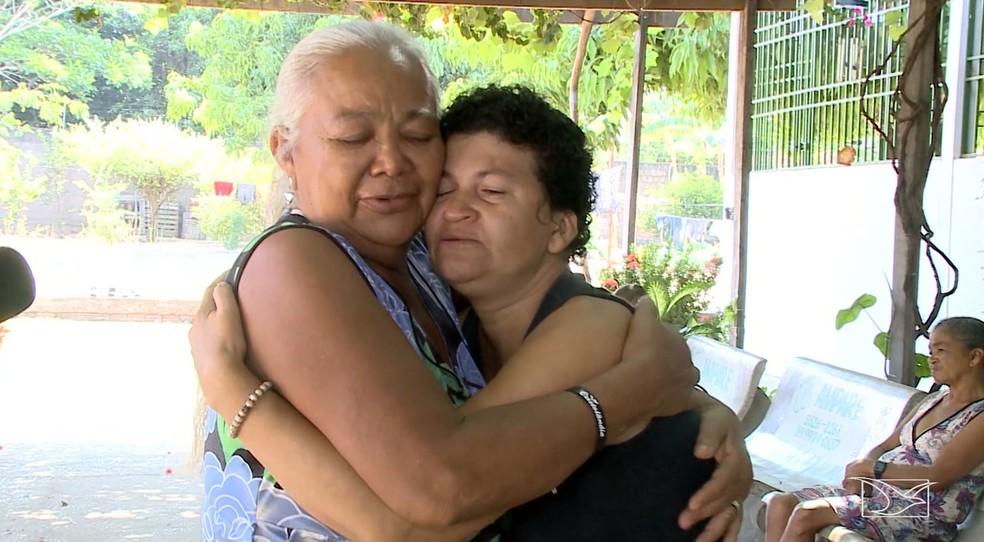 Raimunda Alves cuida da filha, Verônica Alves, que sofre de deficiência mental e foi diagnosticada com câncer — Foto: Reprodução/TV Mirante