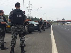 Policiais do BOE encontraram com tropa da Força Nacional no pedágio de Gravataí (Foto: Jonas Campos/RBS TV)