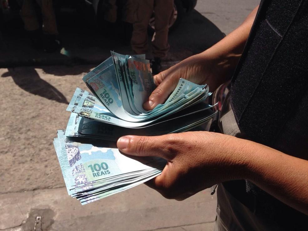 Investigação apura repasse de várias cédulas de R$ 100 no comércio de Campina Grande — Foto: Walter Paparazzo/G1