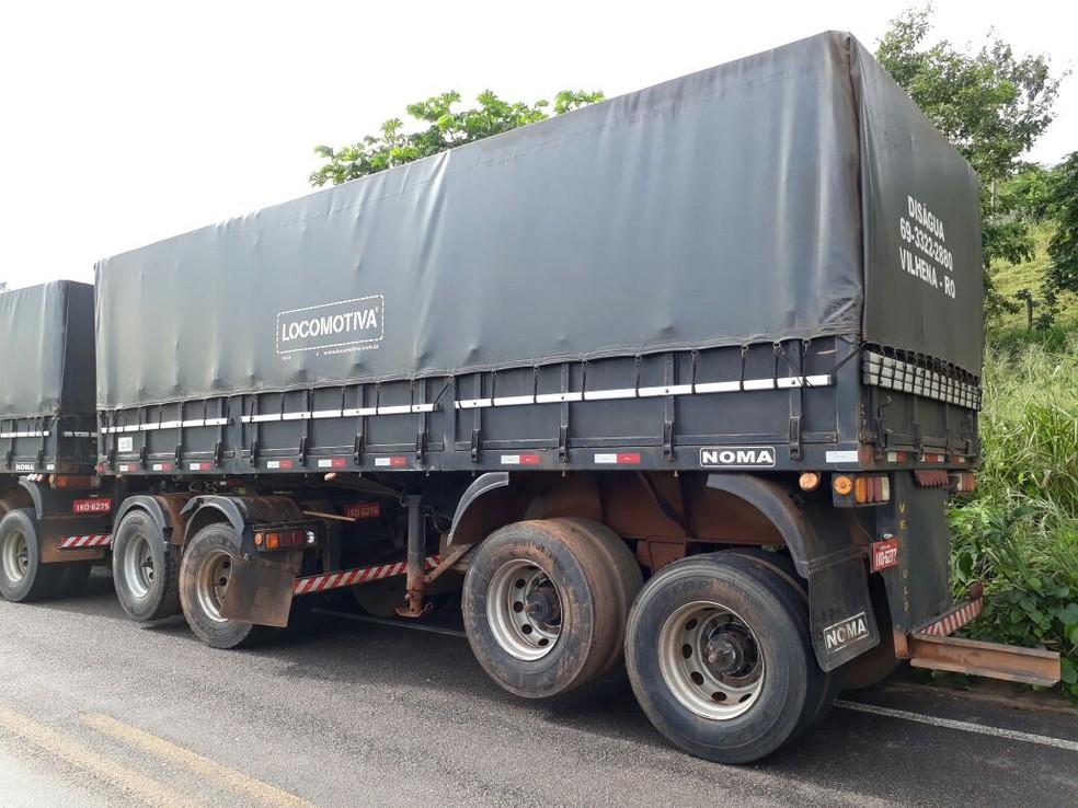 Depois de perder o controle, motorista do caminhão tentou voltar pra pista, mas a parte traseira do veículo bateu no carro de passeio (Foto: Divulgação/PRF)