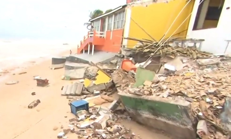 Conforme informações da Prefeitura de Camaçari, o caso ocorreu no sábado (19), quando foram registrados grandes ondas e ventos que chegaram a 70 quilômetros por hora.  — Foto: Reprodução/ TV Bahia