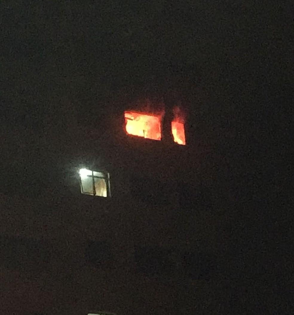 Chamas atingiram o apartamento no sexto andar no prédio na área central de Bauru (Foto: Rafael Henrique de Souza / Arquivo pessoal )