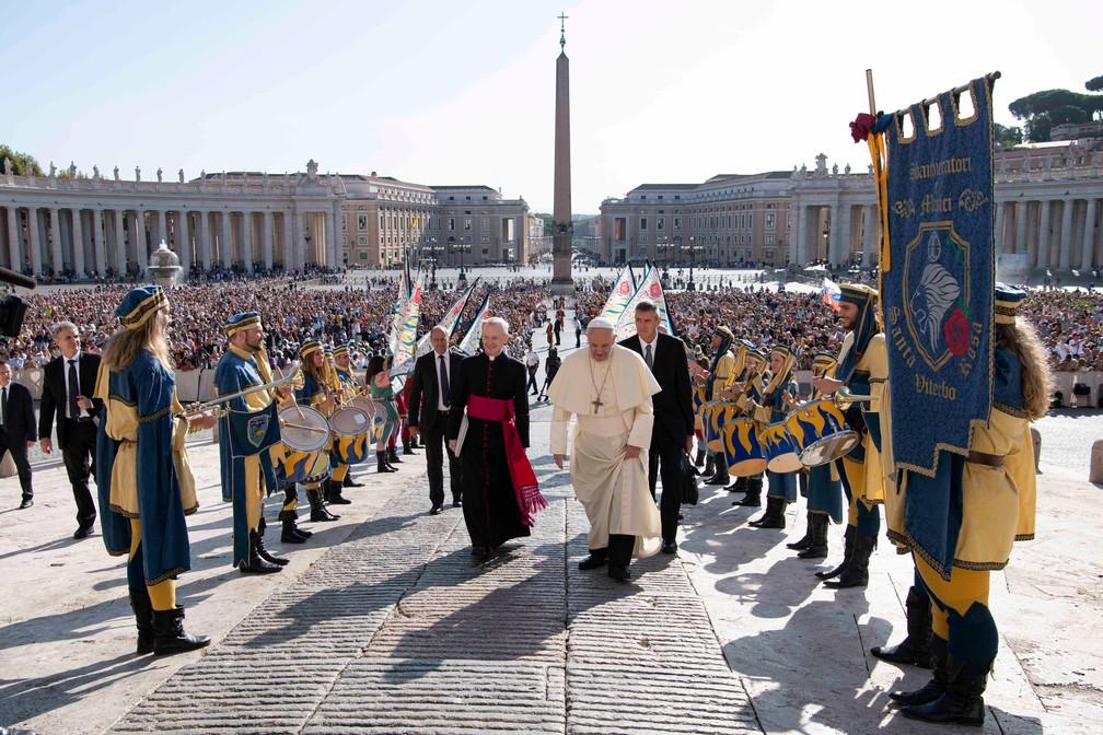 Papa Francisco chega para audiência semanal no Vaticano nesta quarta-feira (11). — Foto: Vatican Media/Handout via Reuters