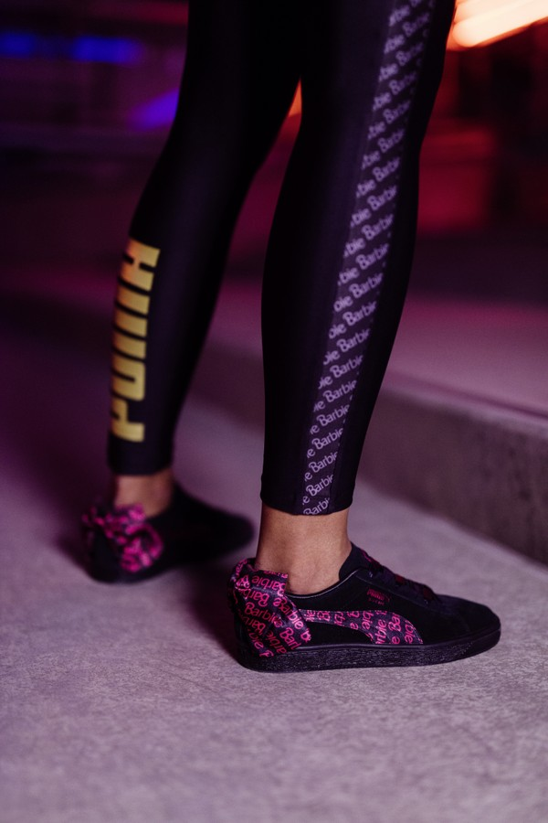 84dd17e112c48 O tênis vem apenas na cor preta, possui o formstripe característico da Puma  e um laço estampado com logo da Barbie.