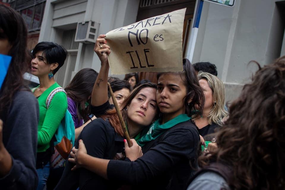 Ativistas protestam contra o que aconteceu com Lucia (Foto: Reprodução/ Facebook)