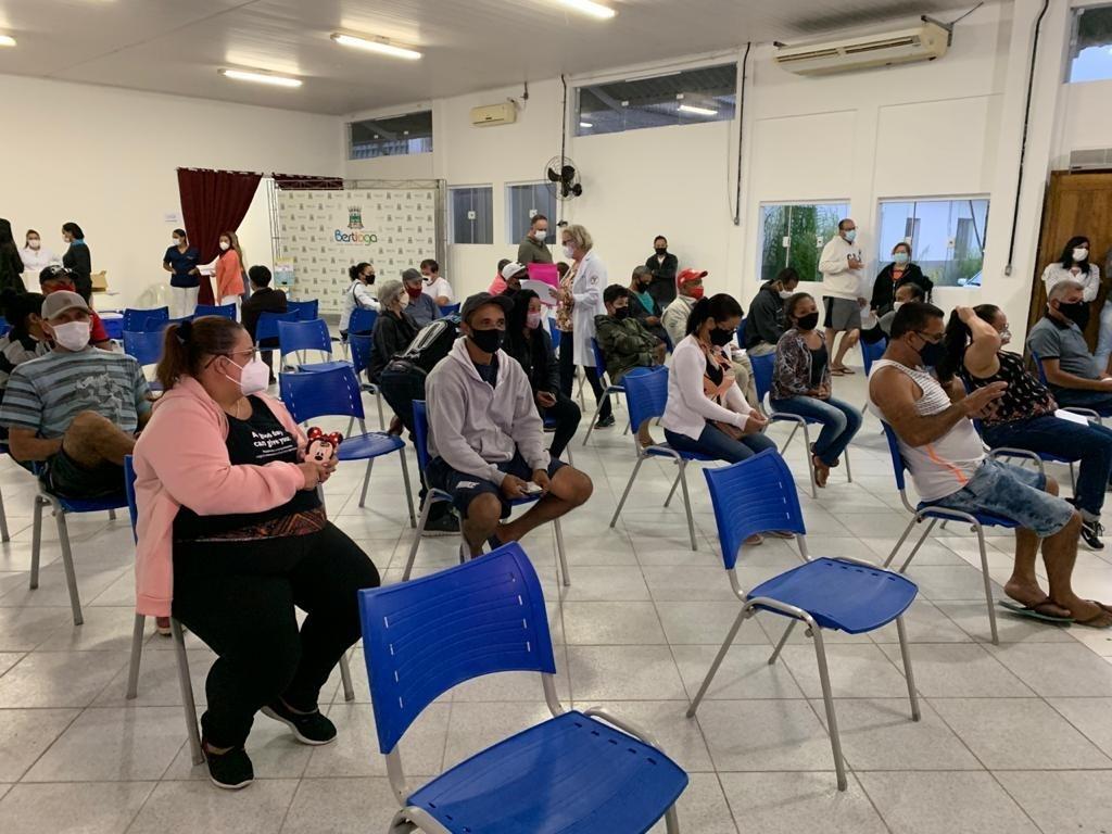 Corujão da Vacina de Bertioga atende cerca de 160 pessoas na primeira noite de imunização