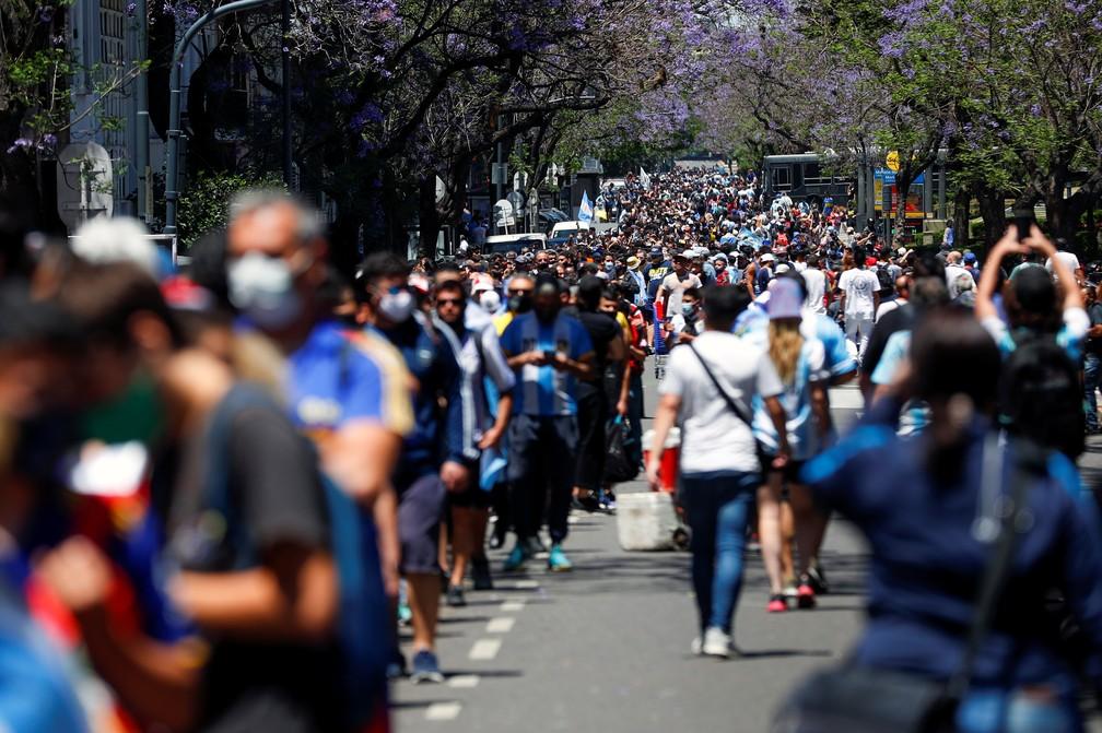 Movimentação foi intensa desde cedo: todos queriam se despedir de Maradona — Foto: Reuters