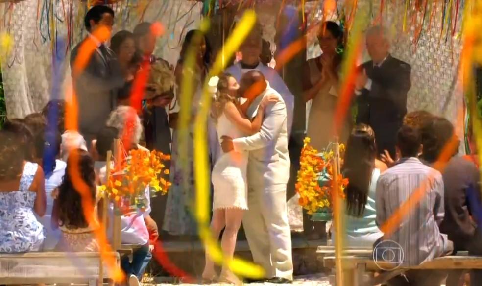 Os noivos Quirino (Aílton Graça) e Doralice (Rita Guedes) se beijam após o 'sim' de casados, em 'Flor do Caribe' — Foto: Globo