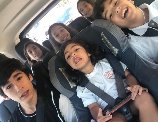 O momento em que as crianças estão no carro é ótimo para entender como está cada filho (Foto: Reprodução Instagram)