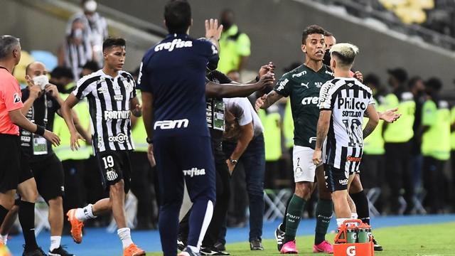 Confusão entre Cuca e Marcos Rocha no fim do jogo