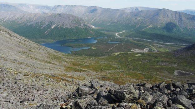 Poço está localizado numa área inabitada no norte da Península de Kola, na Rússia (Foto: Getty Images/BBC)