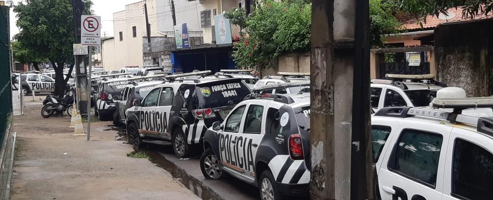 Carros da polícia amanheceram no meio da rua em frente ao 18º Batalhão, no Bairro Antônio Bezerra, em Fortaleza — Foto: Leabem Monteiro / SVM