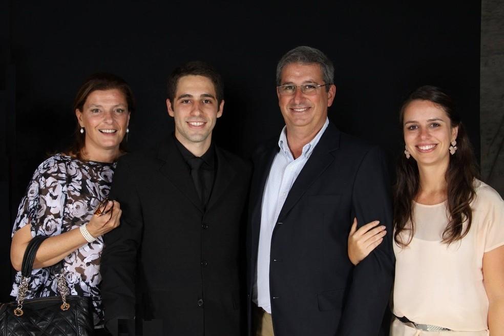 Luiz Taliberti, de 31 anos, com o pai, a irmã e a madrasta — Foto: Reprodução/Facebook