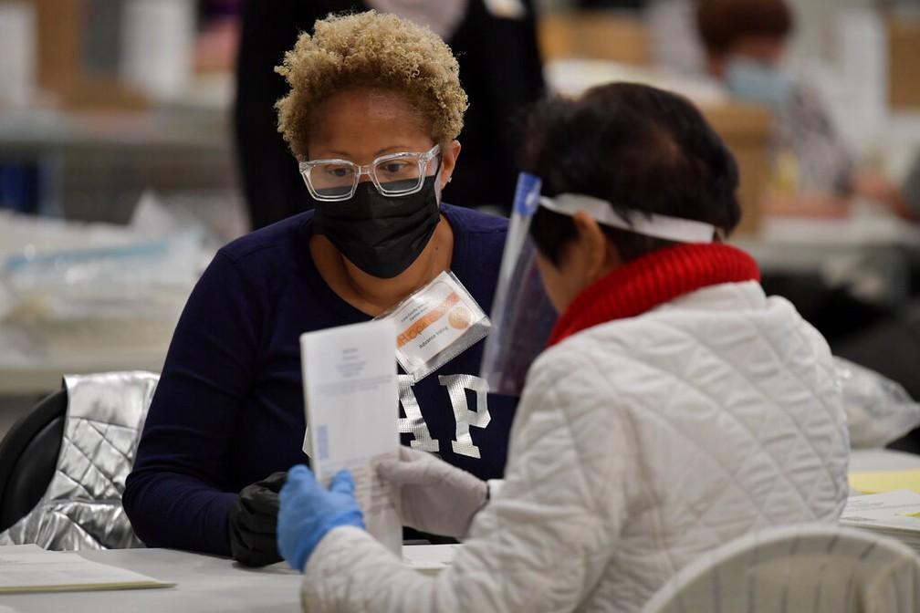 Funcionários da autoridade eleitoral do condado de Cobb, na Geórgia, fazem auditoria dos votos na segunda-feira (16) para a recontagem das eleições presidenciais dos EUA — Foto: Mike Stewart/AP Photo