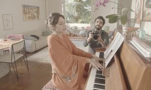Luisa Arraes e Caio Blat mostram a sala da casa da atriz na Zona Sul do Rio de Janeiro. O episódio estrelado por eles vai ao ar nesta terça, 29 | Divulgação