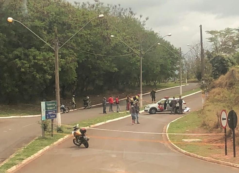 Motociclista morreu após colisão com poste em Pirassununga (Foto: Repórter Naressi)