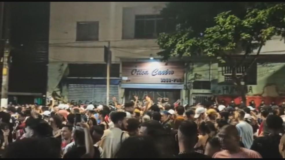 Aglomeração na Rua Peixoto Gomide, no Centro de SP nesta domingo (6) — Foto: Reprodução/TV Globo