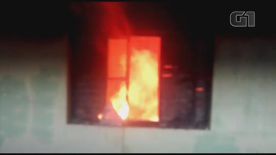 Fogo atinge quarto de casa em bairro de Lençóis Paulista