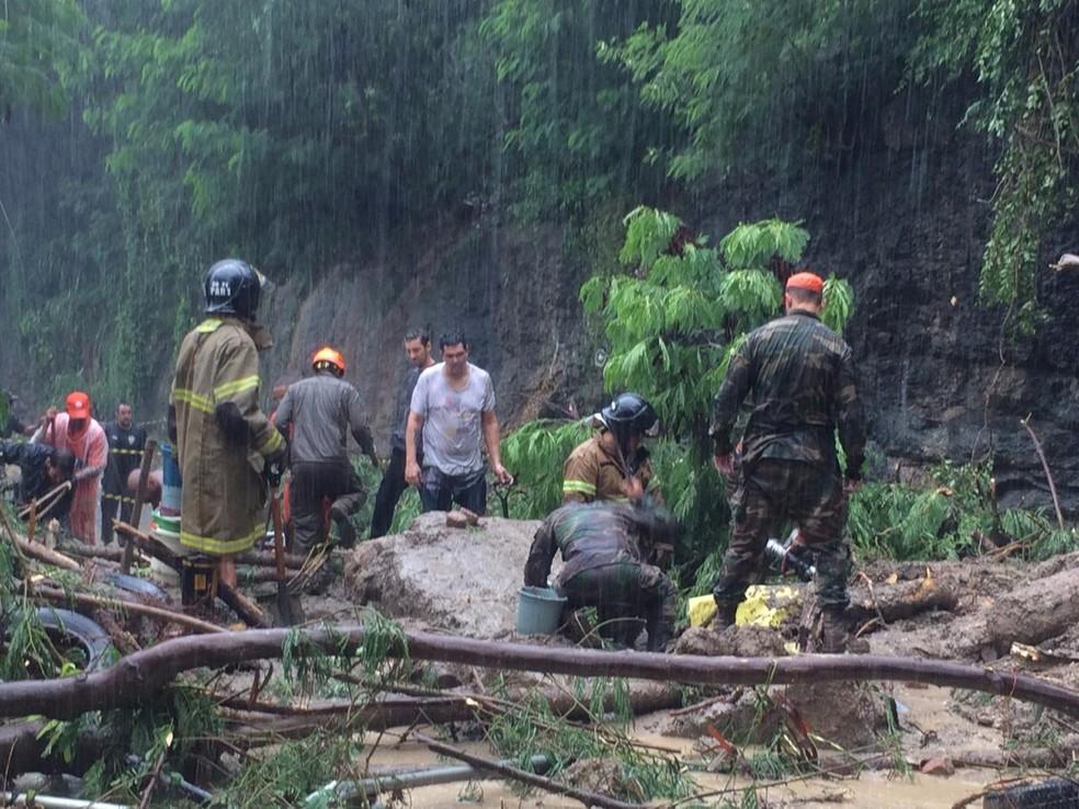 Bombeiros acham táxi soterrado — Foto: Daniel Silveira/G1