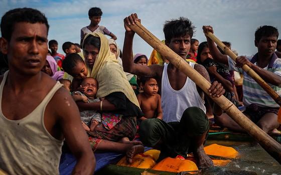 Refugiados atravessam o Rio Naf em jangadas rumo à cidade bengali de Teknaf (Foto: FOTÓGRAFOS/REUTERS)