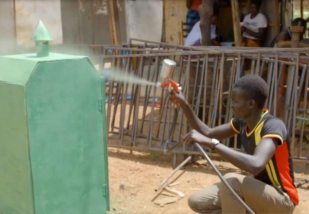 Invenção do jovem Lawrence Okettayot, que desidrata alimentos com rapidez (Foto: BBC News)