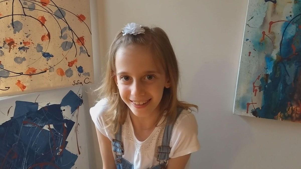 Artista de 8 anos decide vender telas para pagar transplante de córnea do melhor amigo: 'Nasci com esse dom'