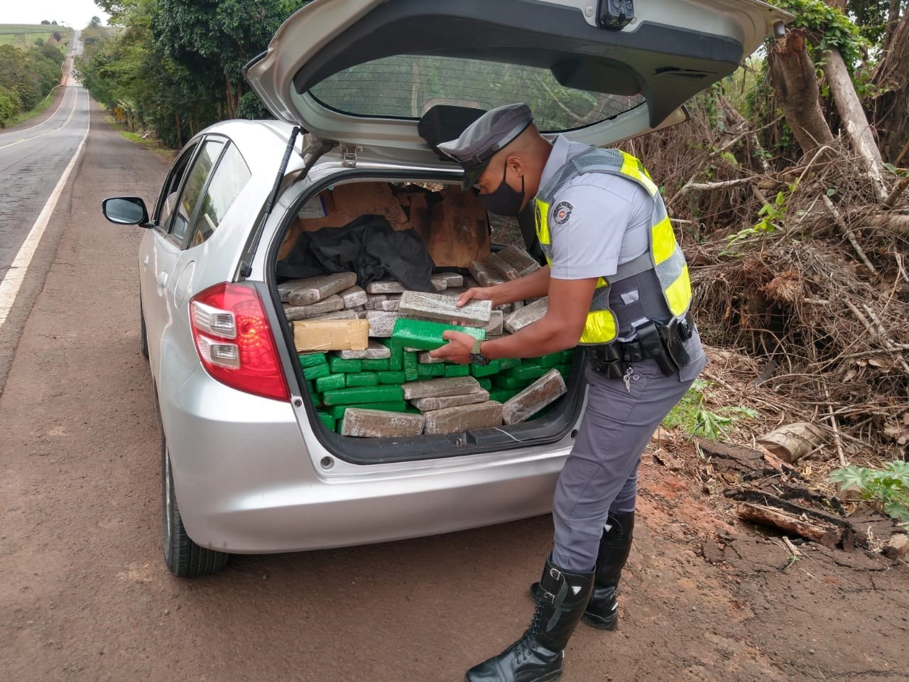 Polícia Rodoviária apreende carga de maconha em carro na Rodovia Rodolfo Ribeiro de Castro