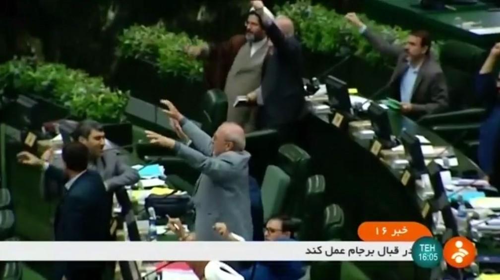 Parlamentares iranianos gritam 'Morte aos EUA' em sessão neste domingo (23) — Foto: Reuters TV