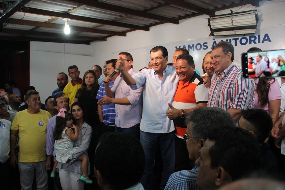 Eduardo Braga comemora chegada ao segundo turno no comitê (Foto: Marcos Dantas)